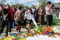 Processionen och lägga av blommor av skolbarn till minnesmärken av stupade soldater kan på 9 i den Kaluga regionen av Ryssland Arkivfoto