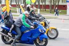 Processionen, ståtar Maj 1, 2016 i staden av Cheboksary, Chuvashrepubliken, Ryssland Cyklister på motorcyklar med flickor royaltyfria bilder