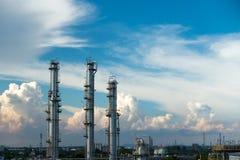 Processkolonner av naturgasväxten Arkivbild