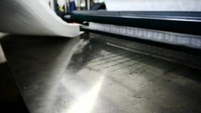 Processmontering av den klara madrassen visas på fabrikscloseupen lager videofilmer
