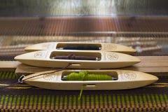 Processo con i telai di legno, tovaglia fatta a mano di tessitura Fotografia Stock