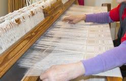 Processo con i telai di legno, tovaglia fatta a mano di tessitura Fotografie Stock