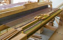 Processo con i telai di legno, tovaglia fatta a mano di tessitura Fotografia Stock Libera da Diritti