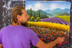 Processo criativo da arte O artista cria o campo italiano de pintura do verão toscânia Campo de papoilas vermelhas, um campo do c fotografia de stock royalty free