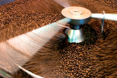 Processo d'arrostimento di caffè, pagaie mooving di produzione Fotografia Stock Libera da Diritti