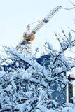 Processo da construção em uma cidade do inverno fotos de stock royalty free