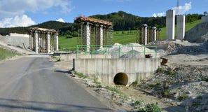 Processo da construção de colunas, que estão indo ser uma peça da estrada nova Fotos de Stock Royalty Free