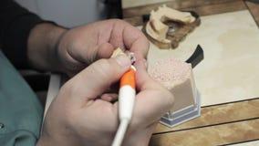 Processo da criatura do implante de Ceramet no laboratório video estoque