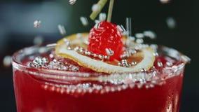 Processo da decoração do movimento lento do close up de vidro com cocktail fresco vídeos de arquivo