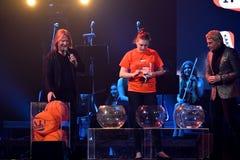 Processo da loteria na fase durante concerto do aniversário do ano de Viktor Drobysh o 50th no centro de Barklay Imagens de Stock
