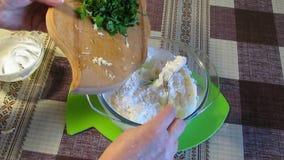 Processo da preparação do molho dos ingredientes diferentes video estoque