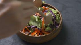 Processo da preparação da salada Processo de misturar a salada fresca filme