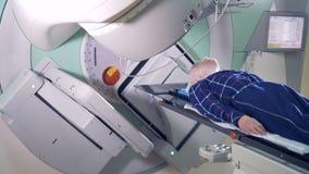 Processo da radioterapia guardado em um paciente masculino video estoque
