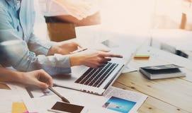 Processo da reunião de negócios Grupo novo dos gestores de conta da foto que trabalha com projeto startup novo caderno na tabela  Foto de Stock
