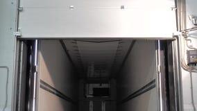 Processo de cortinas que abrem da doca em um caminhão, em uma logística e em um transporte vazios da carga vídeos de arquivo