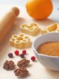 Processo de cozimento Componentes para preparar cookies ou bolo do Natal com alguns utensílios em uma tabela fotografia de stock