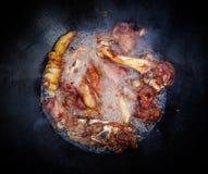 Processo de cozimento do pilau do arroz do Uzbeque Cordeiro em um grande caldeirão do ferro fundido no fogo imagens de stock