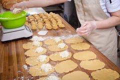 Processo de cozinhar bolos fotografia de stock