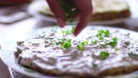 Processo de cozinhar o bolo vegetal com creme filme