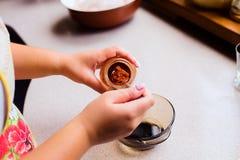 Processo de cozinhar o molho feito home para a ação de graças Turquia Fotografia de Stock Royalty Free