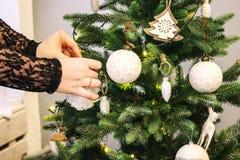Processo de decorar uma árvore do ano novo Árvore do conceito para comemorar o ano novo e o Natal, decorando a árvore de Natal co Imagens de Stock