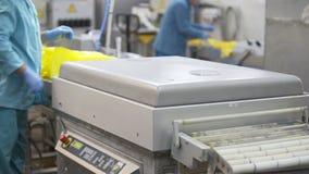 Processo de empacotamento do queijo com máquina do vácuo Queijo que processa na fábrica do alimento Processo de manufatura da fáb filme