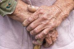 Processo de envelhecimento - a mulher superior idosa entrega a pele enrugada Imagens de Stock