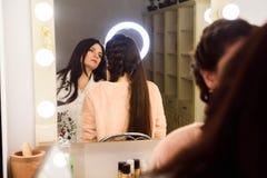 Processo de fazer a composição Artista de composição que trabalha com a escova na cara modelo Retrato da jovem mulher no bar da b imagens de stock
