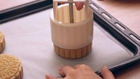 Processo de fazer o bolo da lua para o festival do Meados de-outono - forma moldando da pastelaria do bolo da lua na bandeja de c vídeos de arquivo