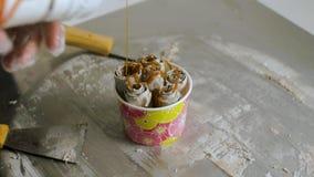 Processo de fazer o gelado fritado grampo Tailândia fritou mexendo rolos do gelado na bandeja do gelo Gelo rolado orgânico, natur video estoque