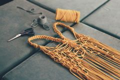 Processo de fazer sacos feitos a mão da malha imagens de stock royalty free