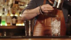 Processo de fazer um cocktail na barra video estoque