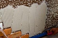 Processo de fazer uma parede de tijolo vermelho, renovação home imagem de stock royalty free