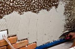 Processo de fazer uma parede de tijolo vermelho, renovação home fotografia de stock