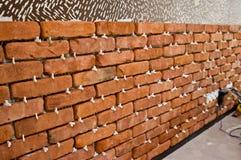 Processo de fazer uma parede de tijolo vermelho, renovação home imagens de stock