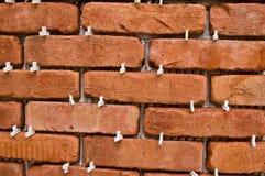 Processo de fazer uma parede de tijolo vermelho, renovação home foto de stock
