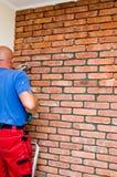Processo de fazer uma parede de tijolo vermelho, renovação home foto de stock royalty free