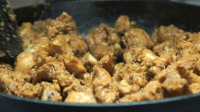 Processo de fritar partes desbastadas da galinha Close-up video estoque