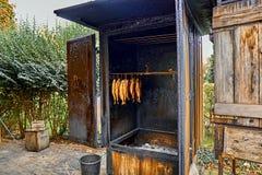 Processo de fumo norueguês tradicional dos salmões no restaurante do país nas montanhas fotografia de stock royalty free