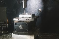Processo de funcionamento do metal e de fabricação da máquina - perfuração automotivo imagens de stock