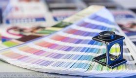 Processo de impressão com amostras de folha da lupa e da cor imagem de stock