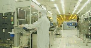 Processo de manufatura da bolacha de silicone em um quarto desinfetado
