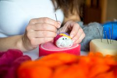 Processo de manufatura dos brinquedos macios de lãs Fotografia de Stock Royalty Free