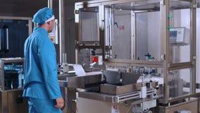 Processo de manufatura farmacêutico do controle de operador Equipamento farmacêutico vídeos de arquivo
