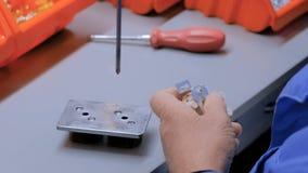 Processo de manufatura feito a mão do soquete elétrico filme