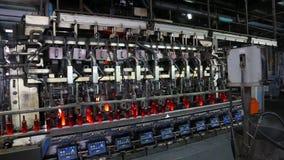 Processo de manufatura de garrafas na fábrica de vidro video estoque