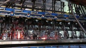 Processo de manufatura de garrafas na fábrica de vidro vídeos de arquivo