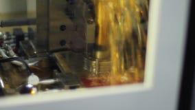 Processo de manufatura na máquina com refrigerar do boleto com líquido vídeos de arquivo