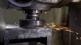 Processo de metal que mói na planta industrial, disco de gerencio da moagem, vídeos de arquivo