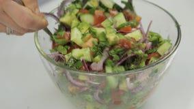 Processo de misturar a salada fresca com a colher e a forquilha Processo da preparação da salada video estoque